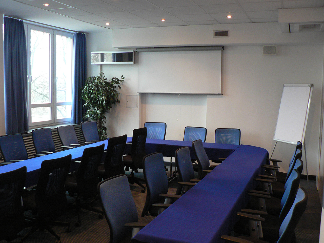 Conference Room Blue LOGOS Noclegi W Warszawie - Blue conference table